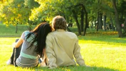 zaljubljen par v parku