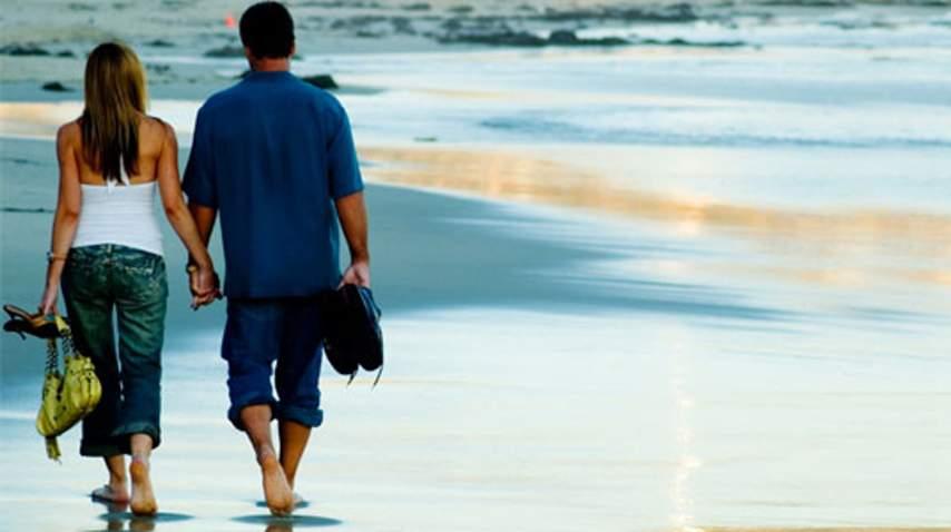 Par se sprehaja ob morju