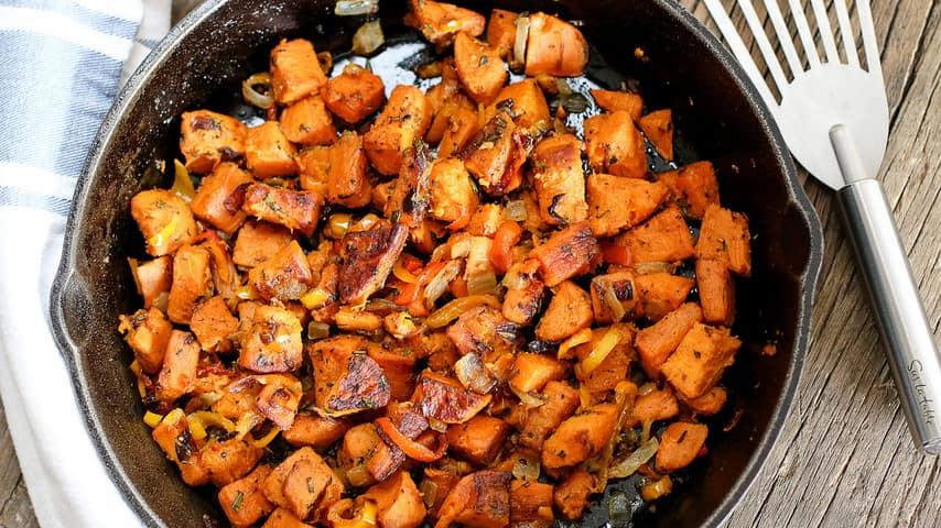 Sladki krompir z rožmarinom, kurkumo in gheejem (recept)-min
